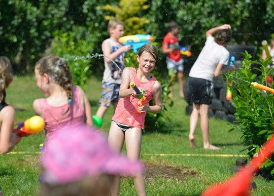 Geliefde 100 kinderen genieten van waterspelletjes in zomervakantie &QA45