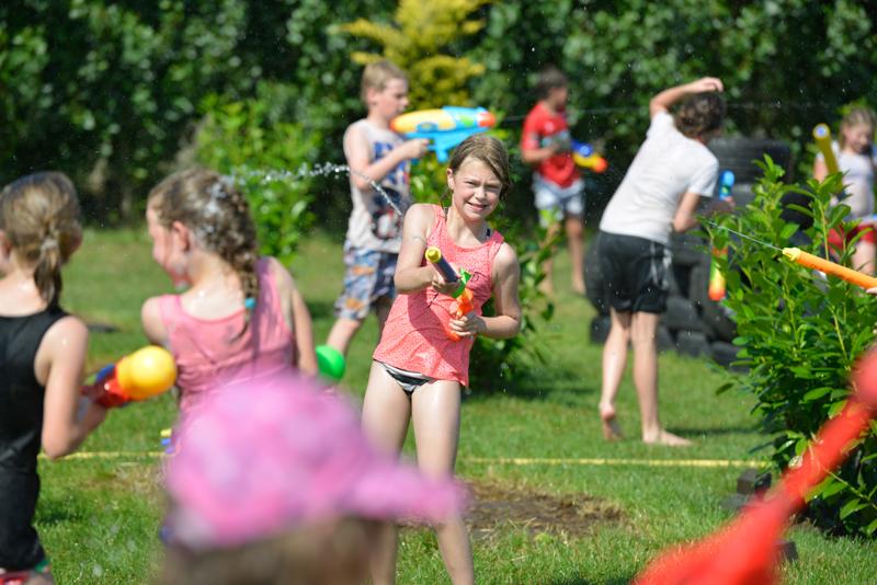 100 kinderen genieten van waterspelletjes tijdens zonovergoten Zomerspelen 2014