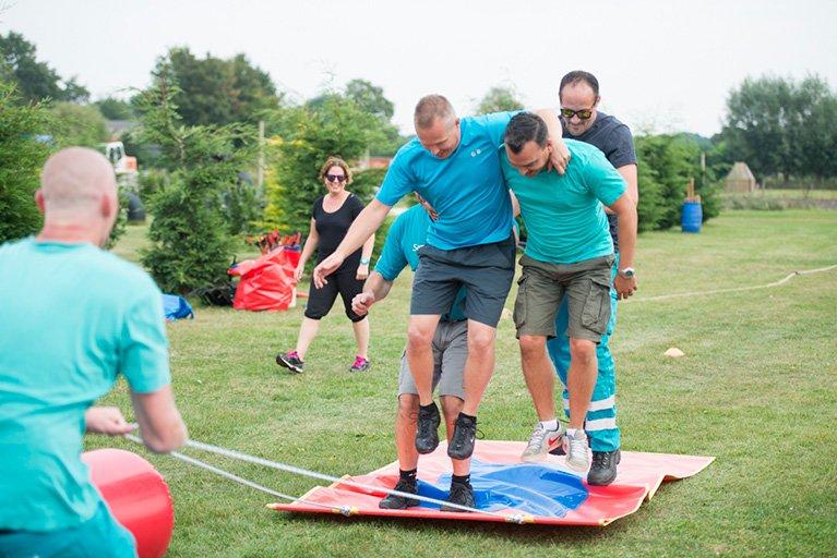 bedrijfsuitje-vol-teambuilding-en-fun-in-brabant-vliegendtapijt-polderevents