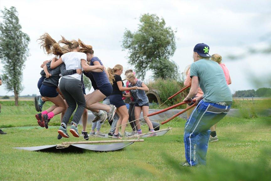 bedrijfsuitje-vol-teambuilding-en-fun-in-brabant-terras-zijkant-polderevents