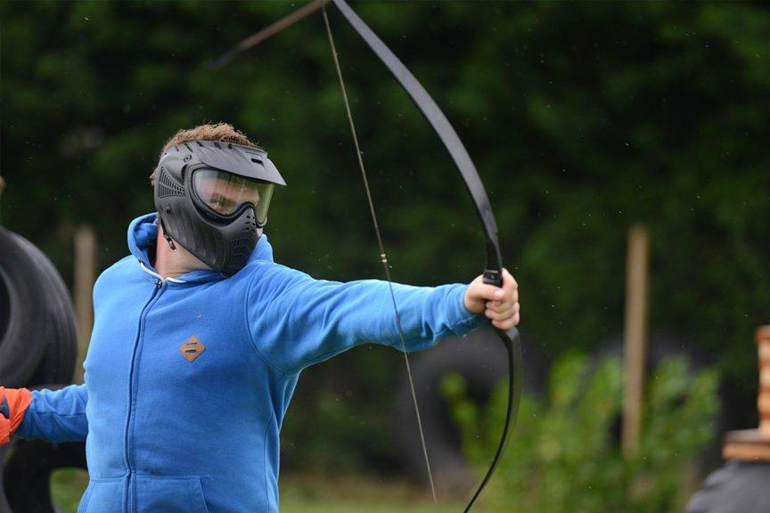 Vrijgezellenfeest mannen arrow-attack Polderevents